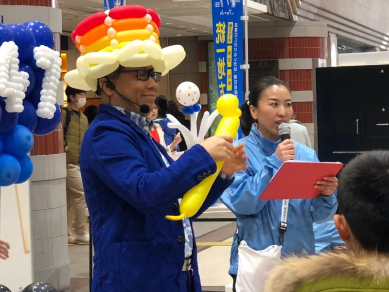横浜エリアの商業施設にてバルーンアーティストによる風船作りイベント